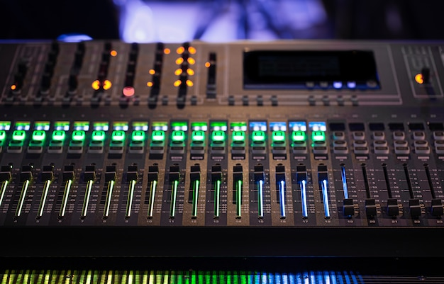Mikser cyfrowy w studiu nagrań. pracuj z dźwiękiem.