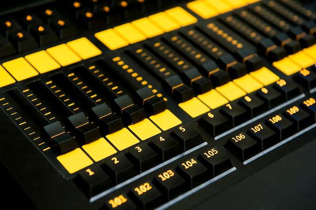 Mikser dźwięku panelu sterowania, zbliżenie.
