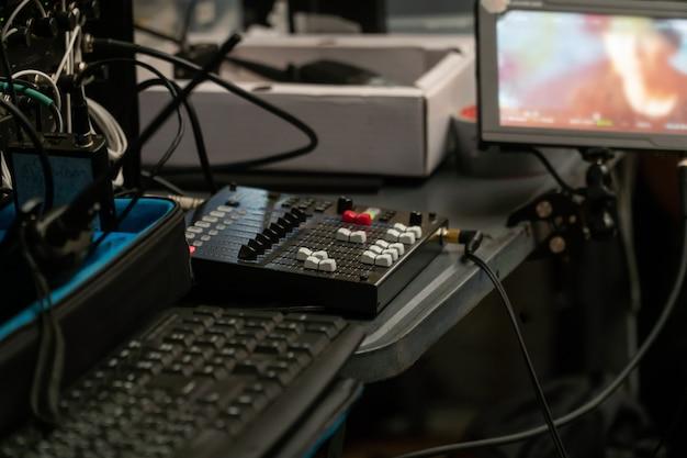 Mikser studia nagrań do pracy inżyniera dźwięku, ekspert regulujący głośność dźwięku miksera dźwięku
