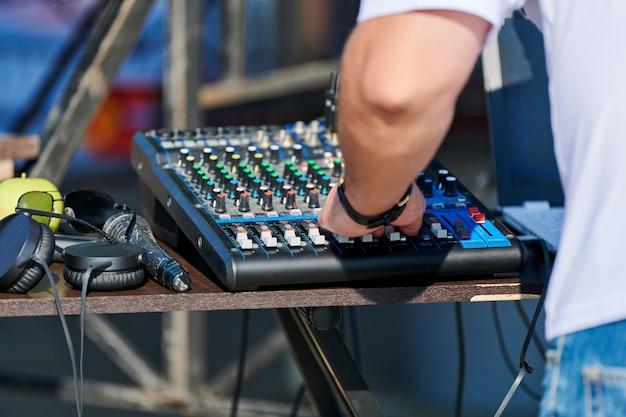 Miksowanie przez dj-a przy kontrolerze miksera