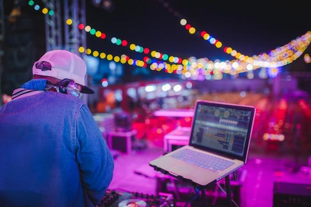 Miksuj ścieżki dj-a w klubach nocnych na imprezach, najlepsza gra dj, słynne odtwarzacze cd w klubach nocnych podczas imprezy edm, pomysły na imprezy