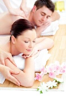 Miła młoda para odbiera masaż pleców
