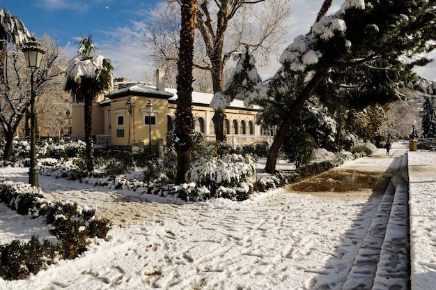 Miła ulica ze śniegiem