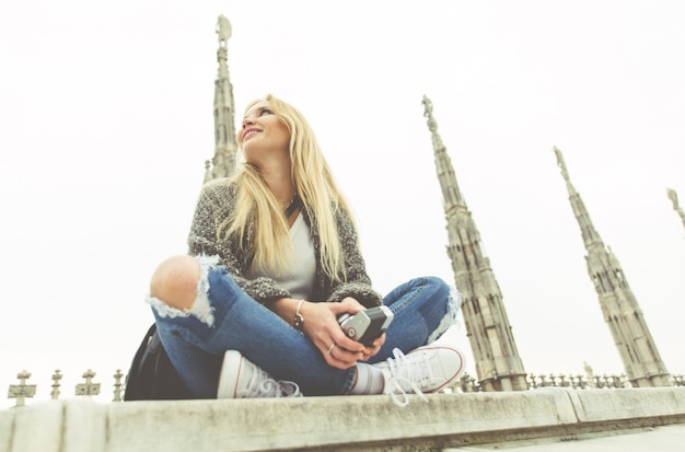 Milan, kobieta na wycieczce na szczycie katedry