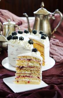 Milchmädchen - milky girl cake, słodzone warstwy skondensowanego ciasta mlecznego, matowe z serkiem waniliowym.