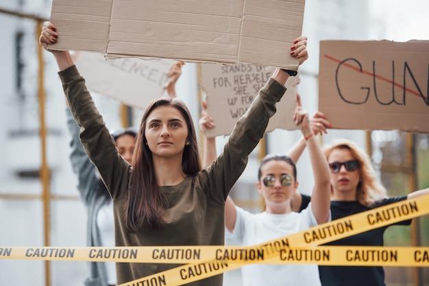 Miłego dnia na demonstrację. grupa feministek protestuje w obronie swoich praw na świeżym powietrzu