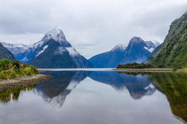 Milford sound mitre peak, park narodowy fiordland, wyspa południowa, nowa zelandia