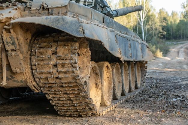 Militarny cysternowy ślad, zamyka w górę widoku. koncepcja wojskowa. tank na ćwiczeniach.