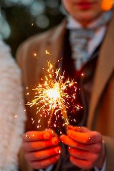 Millenial trzyma sparklers