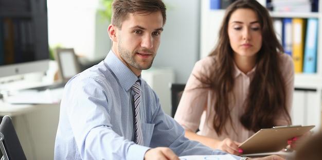 Millennial biznesmen i bizneswoman pracują w