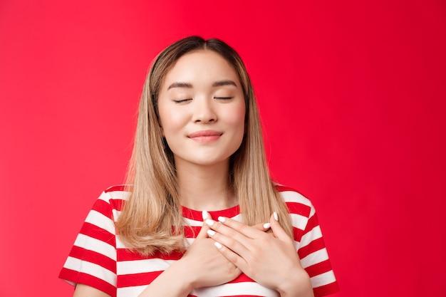 Miłość ciepłe dziewczyny serce czułe romantyczne azjatki zamknij oczy uczucia zadowolenie optymistyczne naciśnij ręce c...