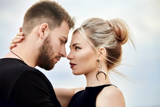 Miłość i emocje kochająca para odpoczywa w turcja