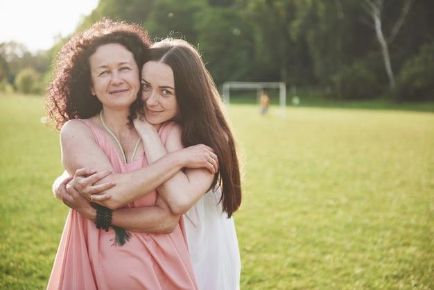 Miłość jest matką i córką. stara kobieta i jej dorosłe dziecko w parku.