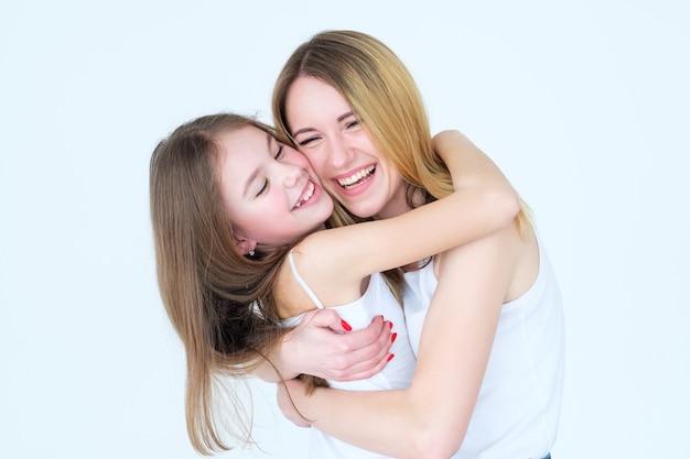 Miłość matki i córki. rodzinny uścisk i wyraz uczuć.