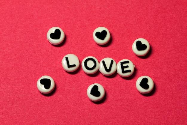 Miłość na odosobnionym czerwonym tle