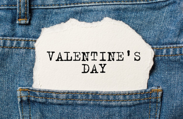 Miłość na tle rozdartego papieru na dżinsy koncepcja miłości i valentine