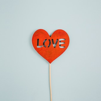 Miłość napis na papierze serca na patyku