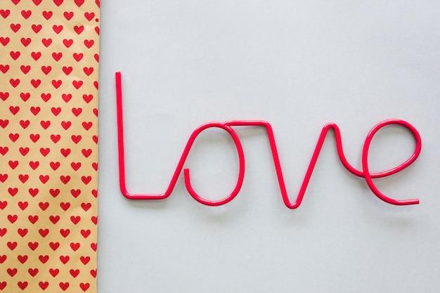 Miłość napis z papieru z wzorem serca