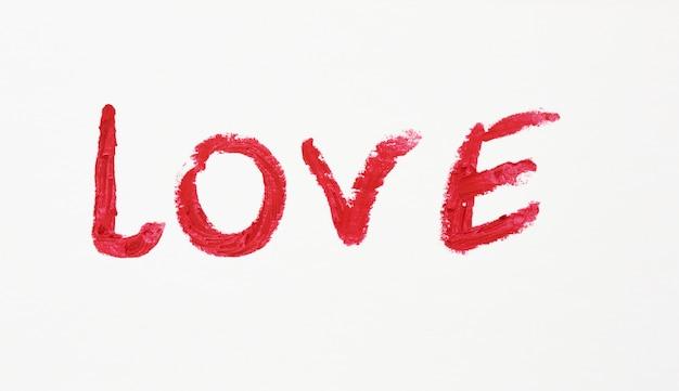 Miłość napisana czerwoną szminką na białym papierze, koncepcja daty