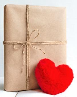 Miłość obecna w pudełku z papieru rzemieślniczego z czerwonym sercem