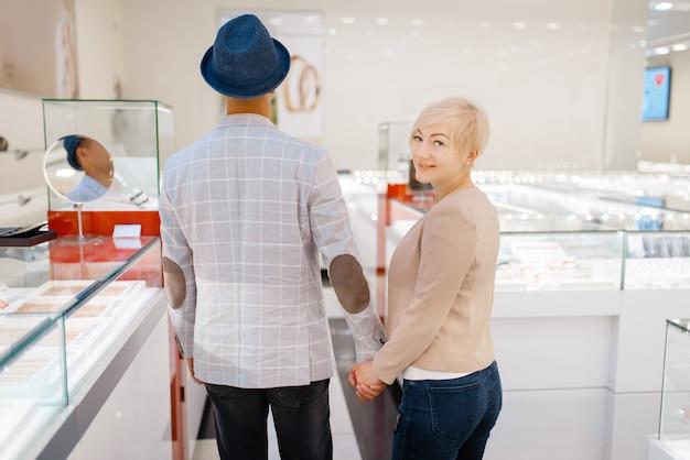 Miłość para kupuje klejnoty w sklepie jubilerskim