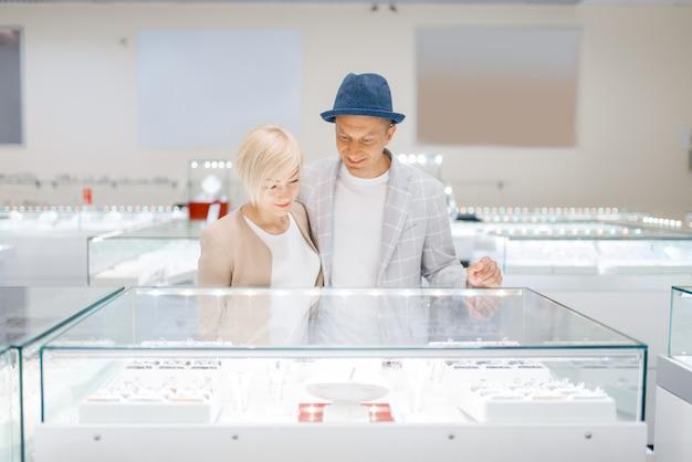 Miłość para patrząc na klejnoty w sklepie jubilerskim