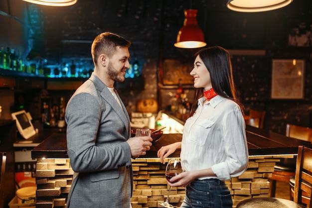 Miłość para rozmawia przy barze