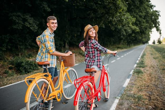 Miłość para spacer na romantyczną podróż zabytkowych rowerów
