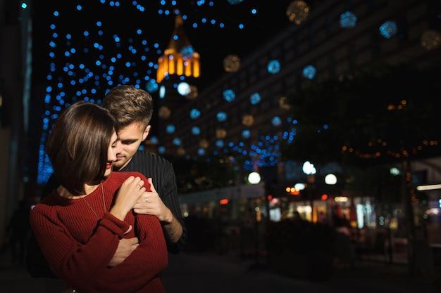 Miłość para w mieście w nocy.