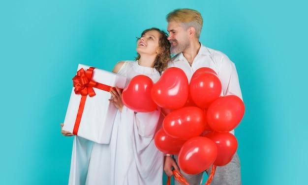 Miłość. para walentynki. anioły z balonami w kształcie prezentów i serca. amorek w walentynki.
