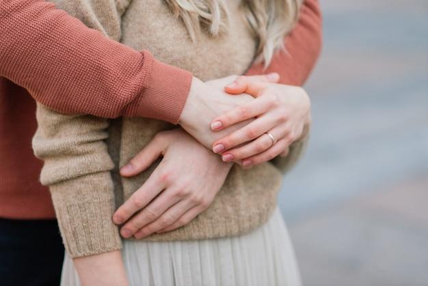 Miłość, podróże, turystyka, związek i koncepcja randek - romantyczna szczęśliwa para przytulanie na ulicy. święto świętego walentego