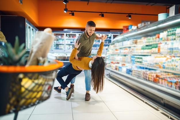 Miłość rodzinna para tańcząca w sklepie spożywczym