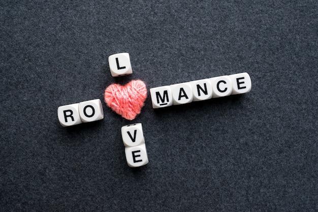 Miłość romantyczna krzyżówka blok tekstu z różowym sercu wątku
