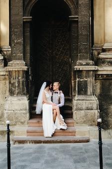 Miłość siedzi przy drzwiach kościoła