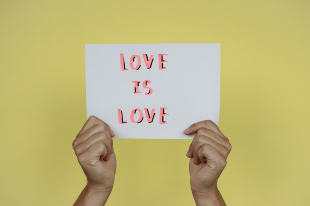 Miłość to miłość wiadomość tekstowa napisana ręcznie flamastrem na żółtym tle
