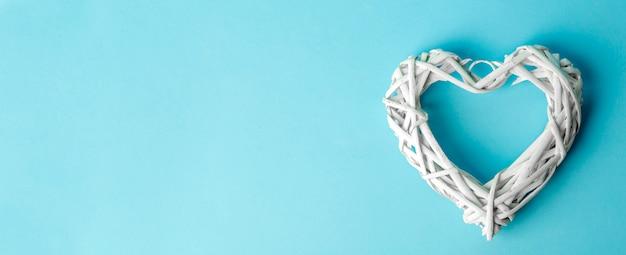 Miłość (walentynki) tło lub tło wesele. białe serce na niebieskim pastelowym tle. koncepcja miłości transparent
