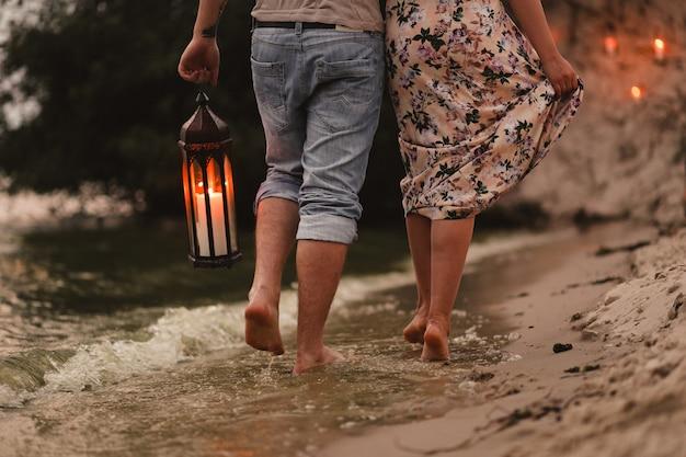 Miłość wiosna romantyczna para świece wieczorem