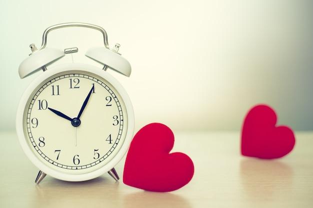 Miłość zegar razy z czerwonym sercem miejsca na tekst.