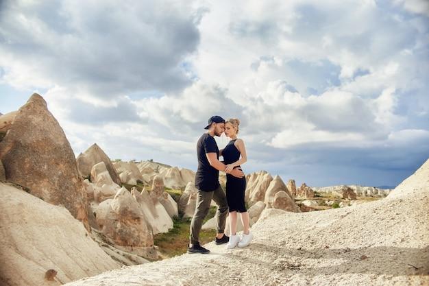 Miłości i emocji kochająca para odpoczywa w turcja. zakochana para wschodnia