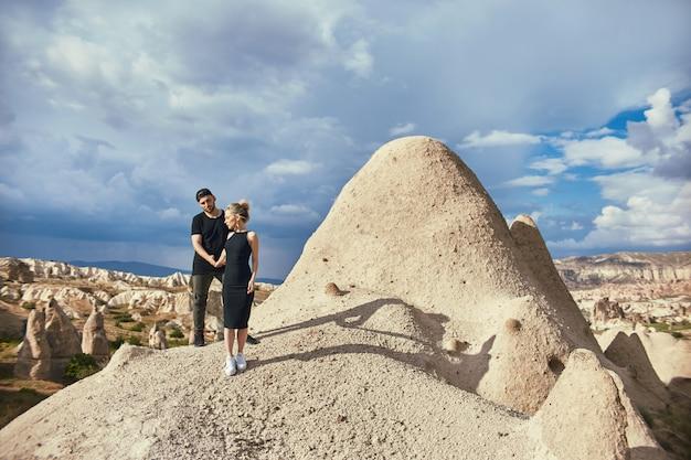 Miłości i emocji kochająca para odpoczywa w turcja