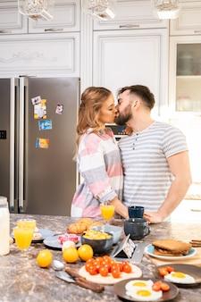 Miłości para całuje w kuchni