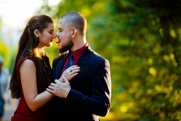 Miłości para namiętnie całuje