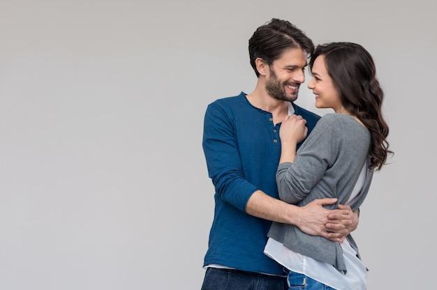 Miłości para obejmując