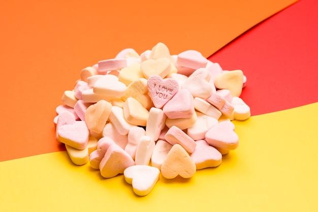 Miłosne słowo wygrawerowane w słodkim, romantycznym cukierku w kształcie serca dla kochanków.