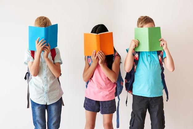 Miłośnicy książek na białej ścianie