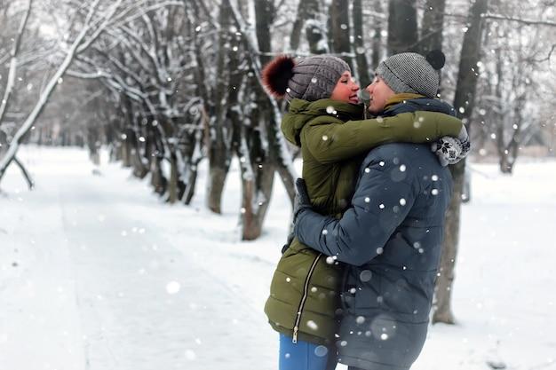 Miłośnicy par całują zimową ulicę