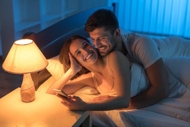 Miłośnicy uśmiechu dzwonią do sypialni. pora nocna
