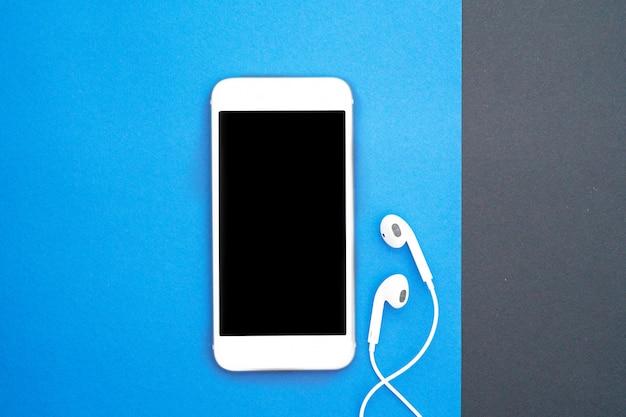 Miłośnik muzyki, miłośnik białego smartfona i słuchawek