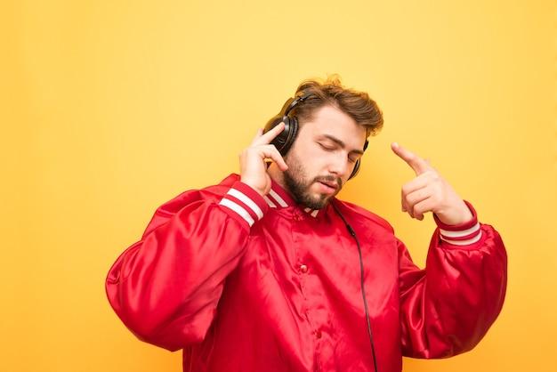 Miłośnik muzyki słucha muzyki na żółto