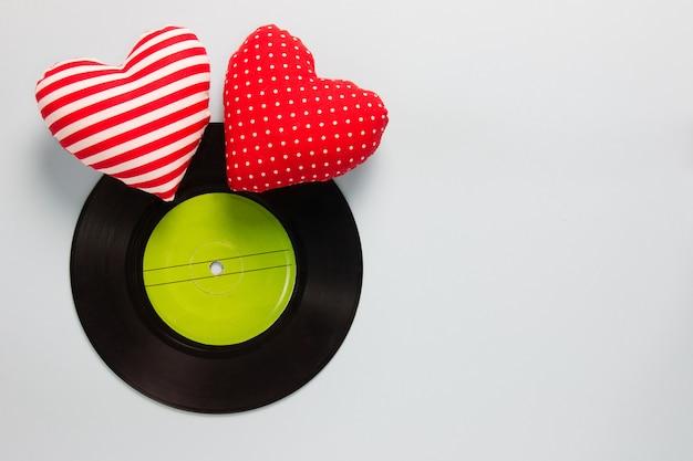 Miłośnik muzyki - winyl z czerwonymi sercami miłości